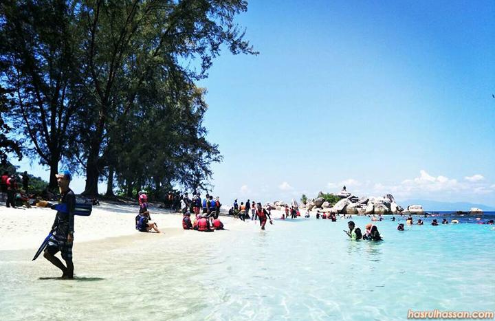 Mandi di pantai cantik Pulau Perhentian