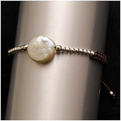 Pulsera de perla moneda natural y línea de bolas de plata. Joyería Artesanal Personalizada