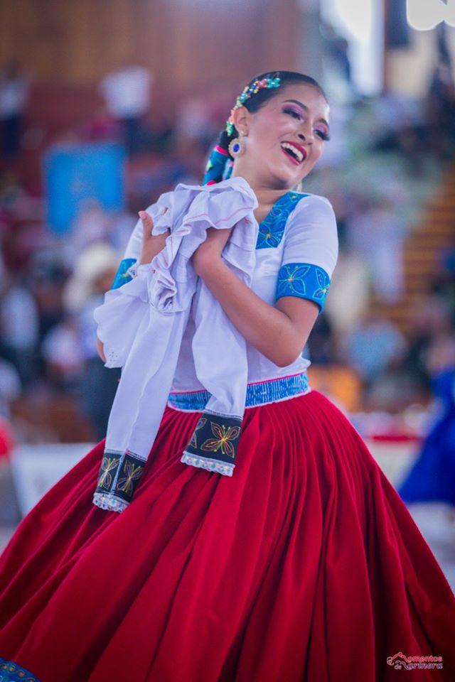 Camila Moreno luce su traje típico de Chichir