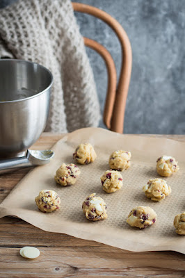 Préparation de cookies au chocolat blanc et cranberries