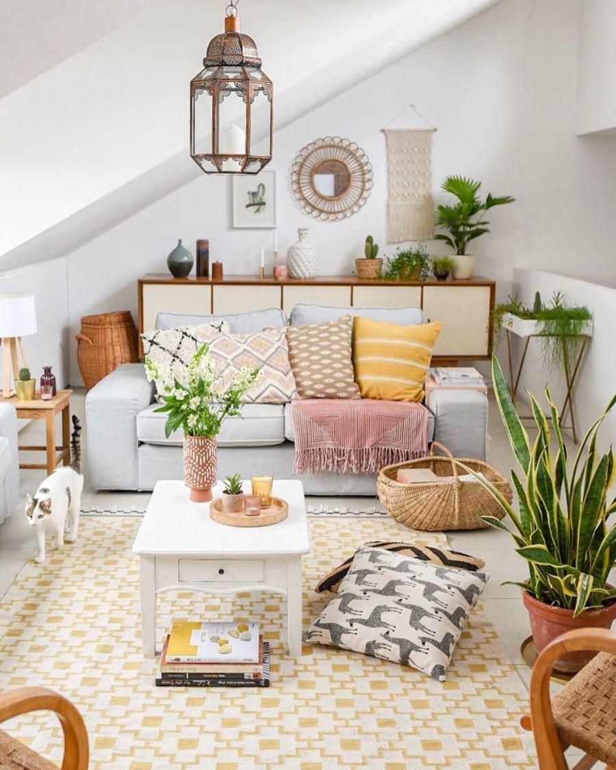 Wiosenne kolory w klimatycznym mieszkanku, wystrój wnętrz, wnętrza, urządzanie domu, dekoracje wnętrz, aranżacja wnętrz, inspiracje wnętrz,interior design , dom i wnętrze, aranżacja mieszkania, modne wnętrza, home decor, styl skandynawski, scandi, scandinavian style,  salon, pokój dzienny, living room, otwarty salon, otwarty plan, schody, cegła, cegła na ścianie, sofa, stolik kawowy, kanapa, pokój na poddaszu, poddasze