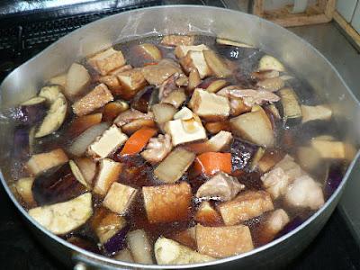 鶏と根菜を煮込む