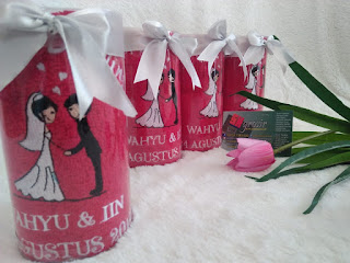 souvenir handuk pernikahan surabaya mika tabung bordir gambar pengantin