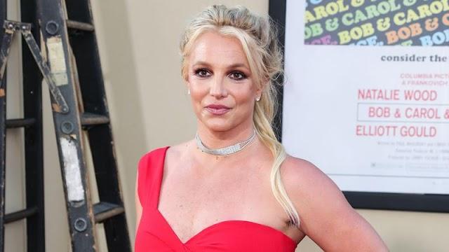 Britney Spears annyira le van lakva, hogy mindenki csak utólag veszi észre megvillantott intim tetoválását – fotó