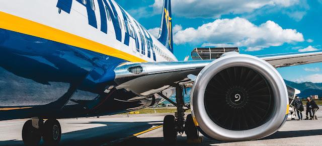 Pasajeros subiendo a un avión de Ryanair en la pista de un aeropuerto en Italia. (Foto de archivo).Unsplash/Lucas Davies