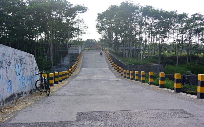 Melintasi jembatan di area Cangkringan