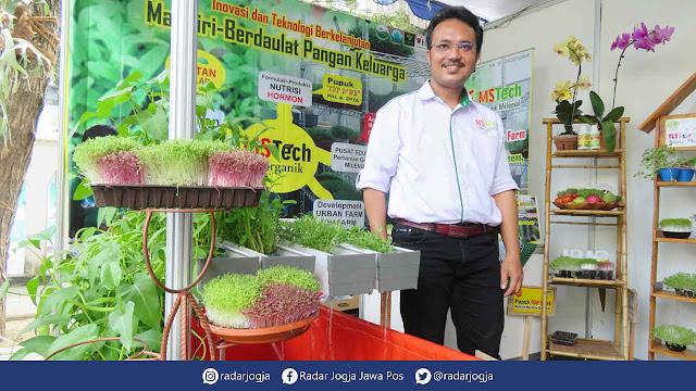 Jogja – Mengusung konsep organik milenial, Robaeli Ndruru menjadikan kegiatan bertani menjadi aktivitas yang menyenangkan. Dia mengembangkan teknik micro greens, vertical garden, dan aquaponic.