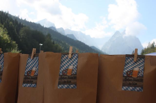 Gastgeschenke, Trachtenhochzeit in den Bergen von Bayern, Riessersee Hotel Garmisch-Partenkirchen, Wedding in Bavaria