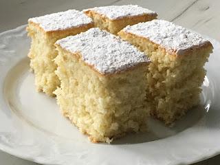 Puszyste ciasto kokosowe z cukrem pudrem