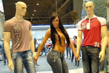 b9d224af9 DELTA ON LINE  Mulher de Alexandre Frota fica nua em vitrine de loja