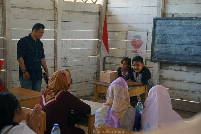 Mendendangkan lagu Laskar Pelangi bersama wisatawan