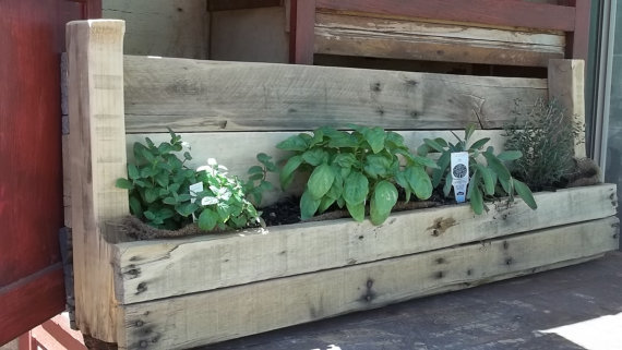 Dishfunctional designs creative ways to use pallets for Recycle pallets as garden planters