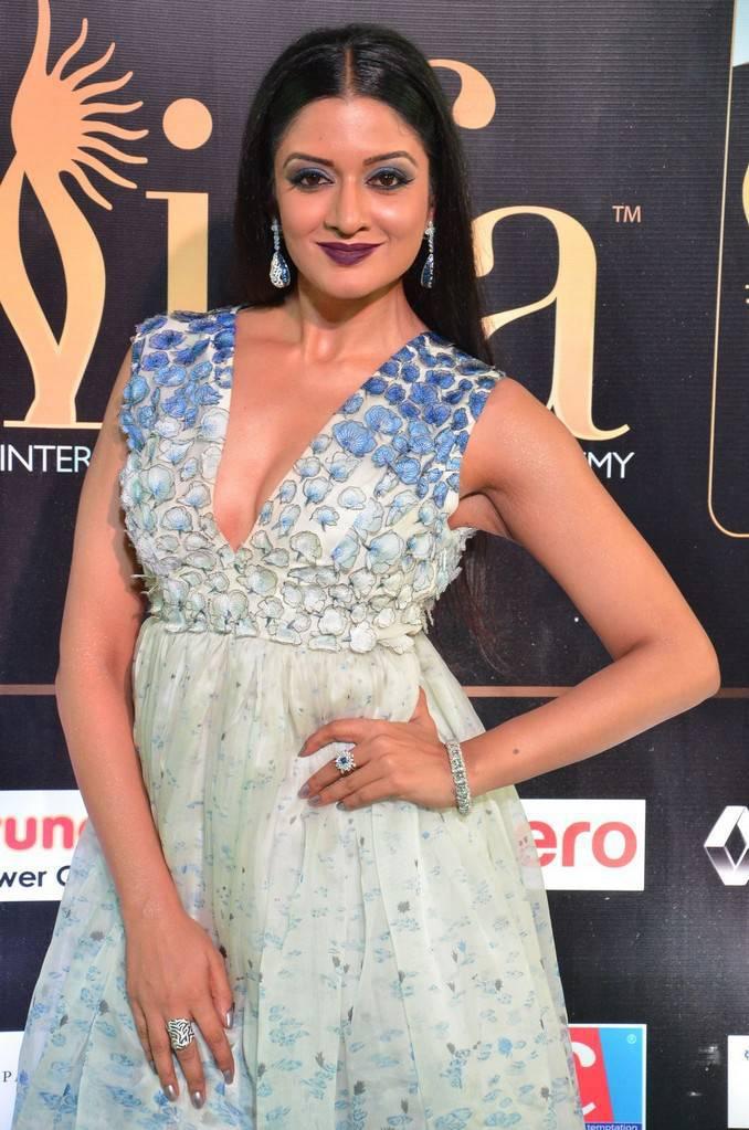 Telugu Actress Vimala Raman At IIFA Awards 2017 In White Dress