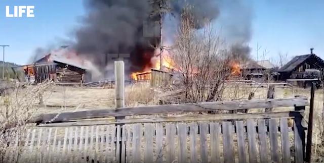 В Иркутской области крупный пожар охватил половину посёлка, сгорело уже 17 домов