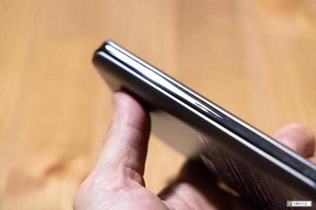 【開箱】無線多工首選,勁量 Energizer Qi 行動電源 - 產品邊緣的鍍鉻材質,讓產品質感向上提升