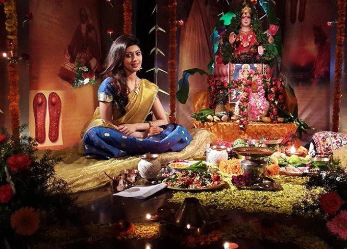 కరోనా మూలంగా మళ్ళీ ప్రపంచం భారతీయ ఆచార విశిష్టత గురించి తెలుసుకొంటోంది, నటి ప్రణీత - Hindu Aacharalalo dagi unna aarogyam