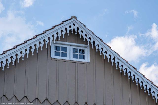 Casa de madeira com lambrequim na Carlos Pioli