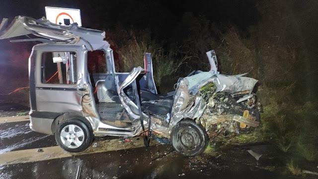 Batida frontal entre carro e multivan mata uma pessoa e deixa outras três feridas na SP-425, em Pirapozinho