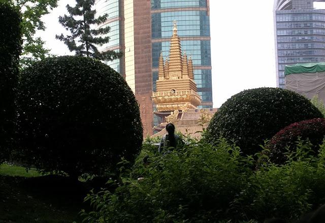 公園から見る静安寺の塔