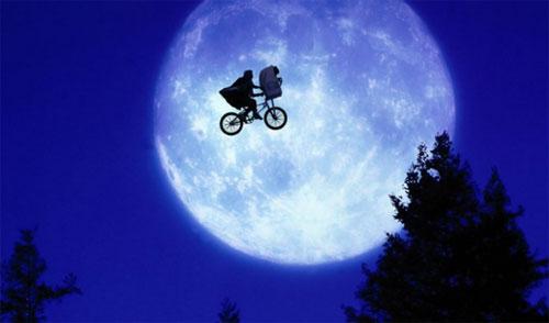 Henry Thomas dan Pat Welsh di E.T. the Extra-Terrestrial (1982)