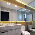 Banheiro lavabo com box de vidro espelhado e painel de madeira iluminado!