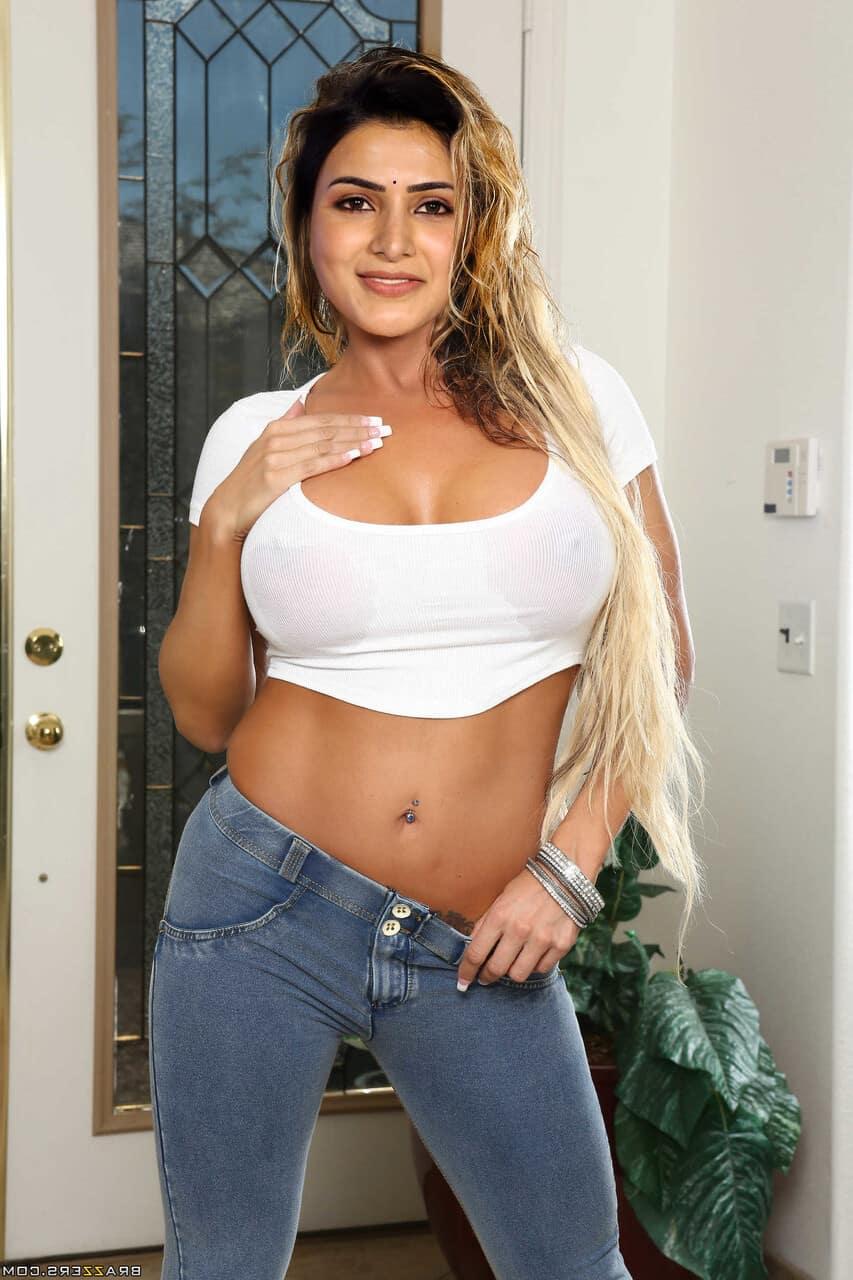 Samantha Sexy Cleavage & Navel Photos