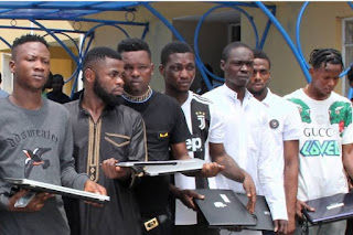 Operatives of the Economic and Financial Crimes Commission, EFCC, Lagos Zonal office, have arrested a rapper, Damilola Samson aka Doraldo Slim and 10 other suspected internet fraudsters for offences bordering on conspiracy, possession of fraudulent documents and attempt to obtain money under false pretence.
