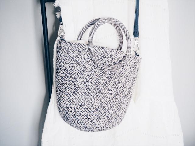 photo-vestido-blanco-look-zara-bolso-cesto-pendientes-azul-hm