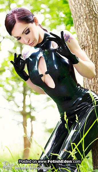 Dark green latex top lady Susan Wayland with short black latex gloves and black latex leggings