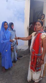 मधेपुरा : वार्ड आठ के वार्ड पार्षद माला देवी ने साबुन व मास्क का किया वितरण।