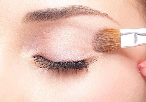 Maquillarse los ojos con sombra base