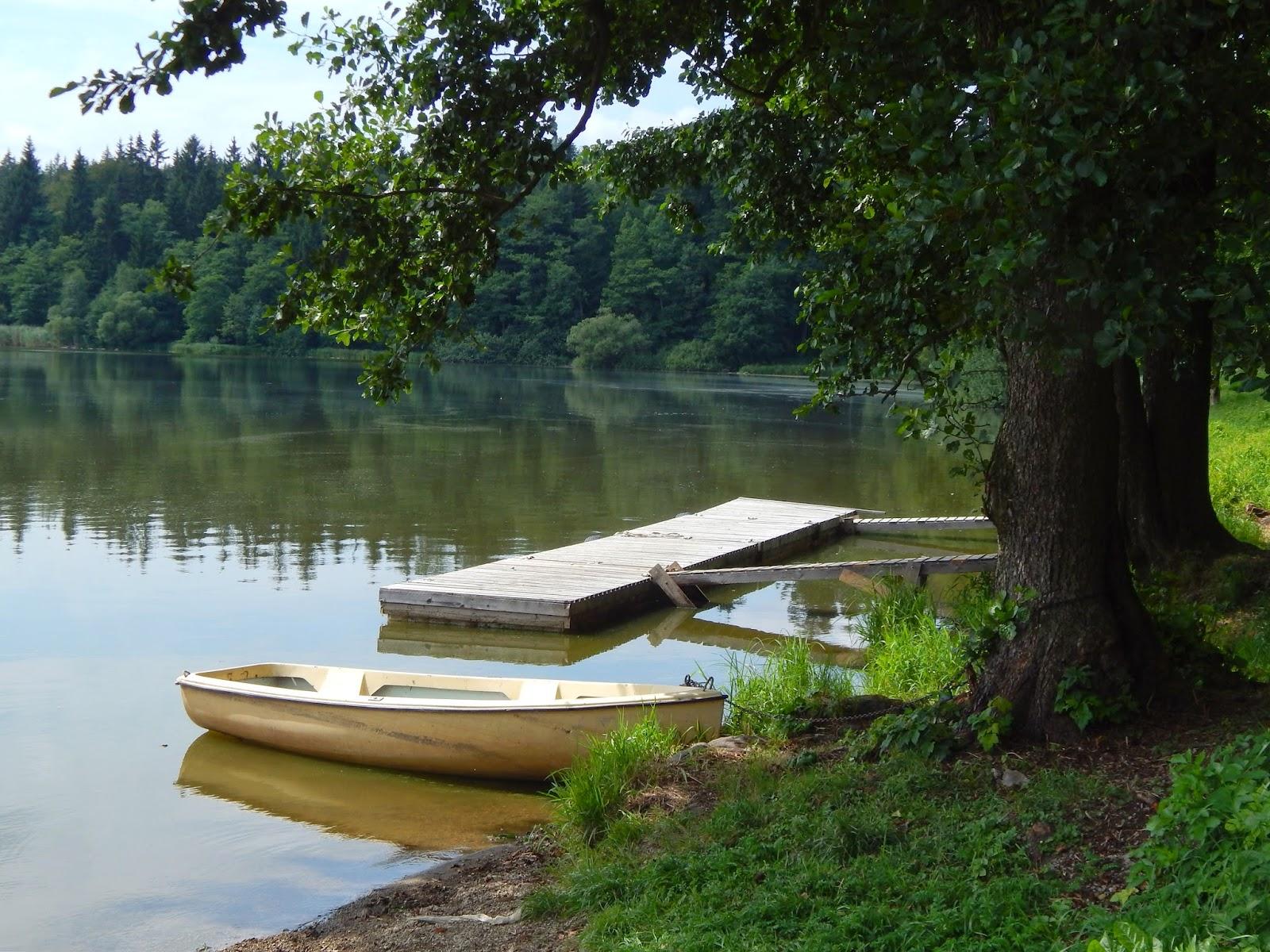Opuštěná loďka v kempu Moře u rybníku Řeka