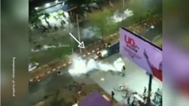 Detik-detik Mobil Polisi Tabrak Peserta Aksi di Makassar Viral di Medsos