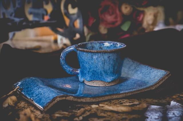 Pires e Xícara de cerâmica azul