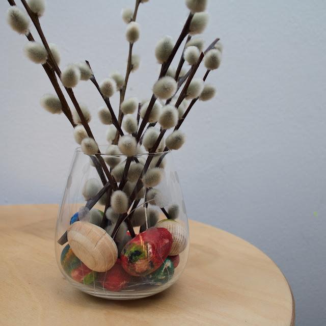 Jarní dekorace s malovanými vejci a kočičkami