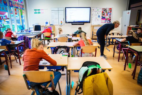 كورونا يضرب نحو 200 مدرسة في هولندا