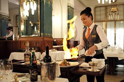 The wine butler/the wine waiter
