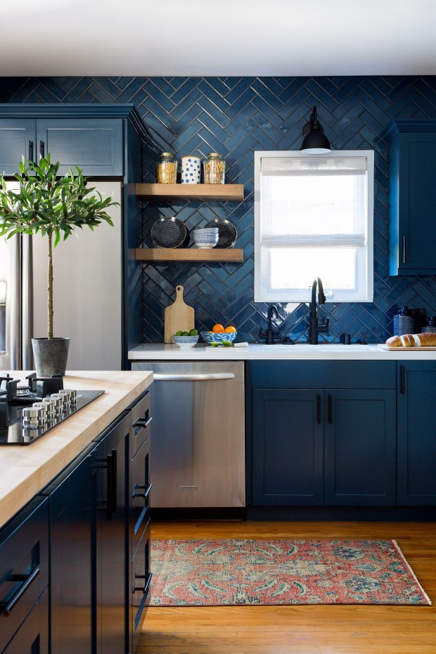 Cocina con mobiliario en color Classic Blue (color del año 2020)