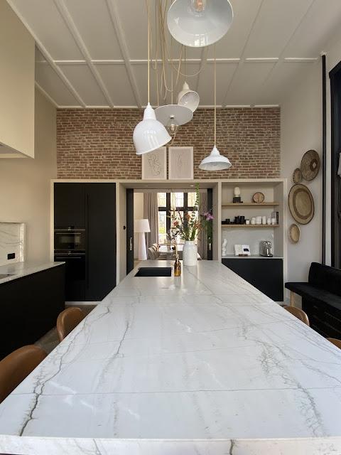 Keuken inspiratie, hoe je een strakke keuken combineert met doorleefde materialen zie je hier!