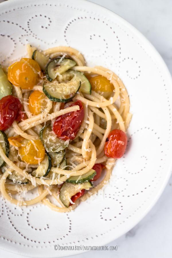 makaron, pasta, pomidorki, cukinia, bucatini