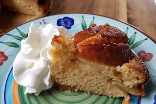 Apfel-Karamel-Kuchen mit Sahne