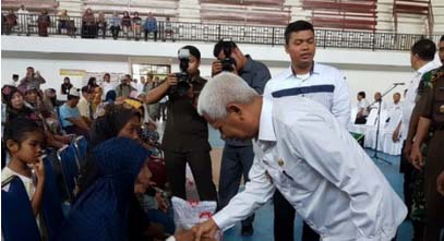 Wakil Bupati Asahan Surya memberikan bantuan beras secara simbolis.