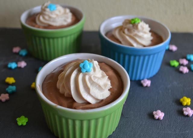 3 bakjes met chocolademousse met een toefje amarulaslagroom, versierd met suikerbloemetjes