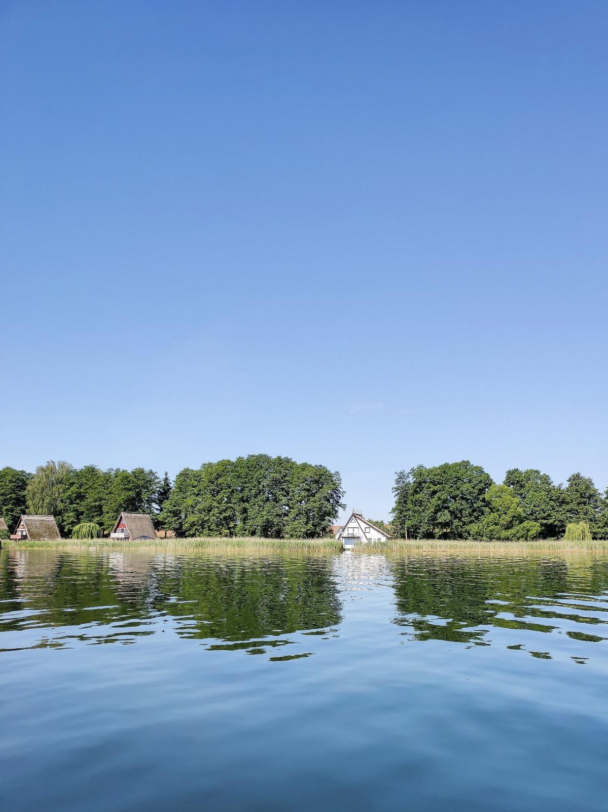 Einsame Seen mit dem Boot erkunden