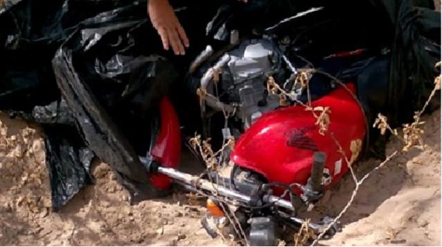 Na zona rural de Delmiro Gouveia- AL, moto roubada é encontrada enterrada na areia pela polícia