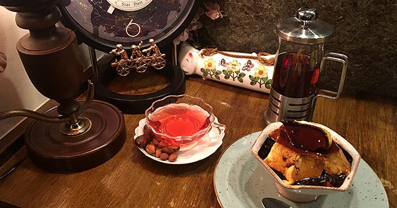 JR四ツ谷駅から新宿通りを西へ徒歩4・5分ほどにある純喫茶『高品質珈琲と名曲   私の隠れ家』のキャラメルプリン