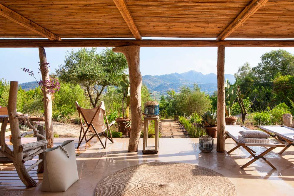 patio con pergolato in legno di recupero