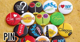 Pin merupakan salah satu souvenir yang bisa dicetak dengan cepat