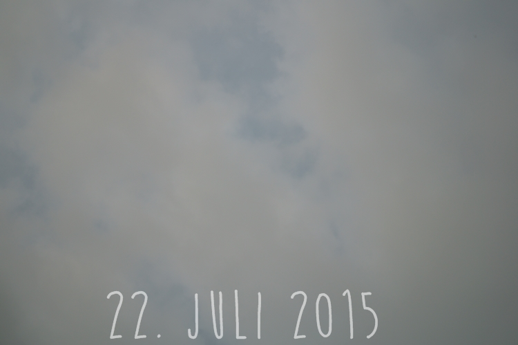 Blog + Fotografie by it's me! - wolkenverhangener Sommerhimmel am 22. Juli 2015