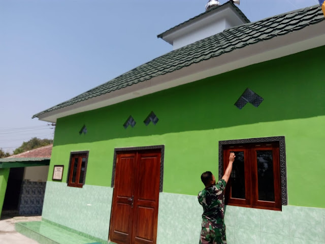 Kepedulian Babinsa Manisrenggo Membersihkan Masjid